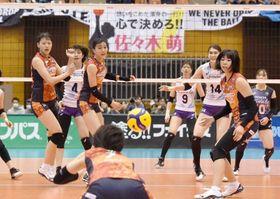 ブロックを破られ、ボールを見送る岡山シーガルズの(左から)金田修佳、居村杏奈ら=SAGAサンライズパーク総合体育館