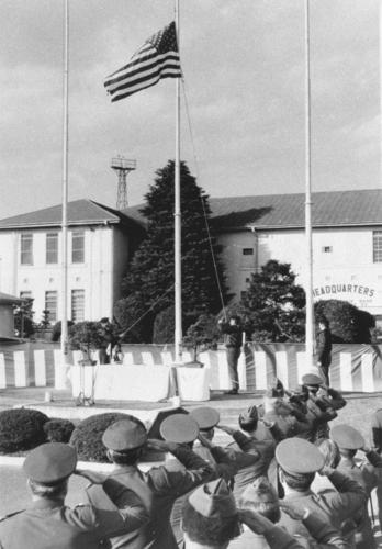 立川米軍基地の返還式で32年間にわたり掲げられていた星条旗が降ろされる=77年