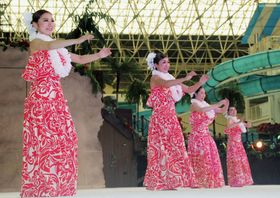 復活公演でダンスを披露するフラガールOG=26日午後、福島県いわき市のスパリゾートハワイアンズ