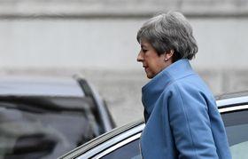 英首相官邸に戻るメイ首相=18日、ロンドン(ゲッティ=共同)