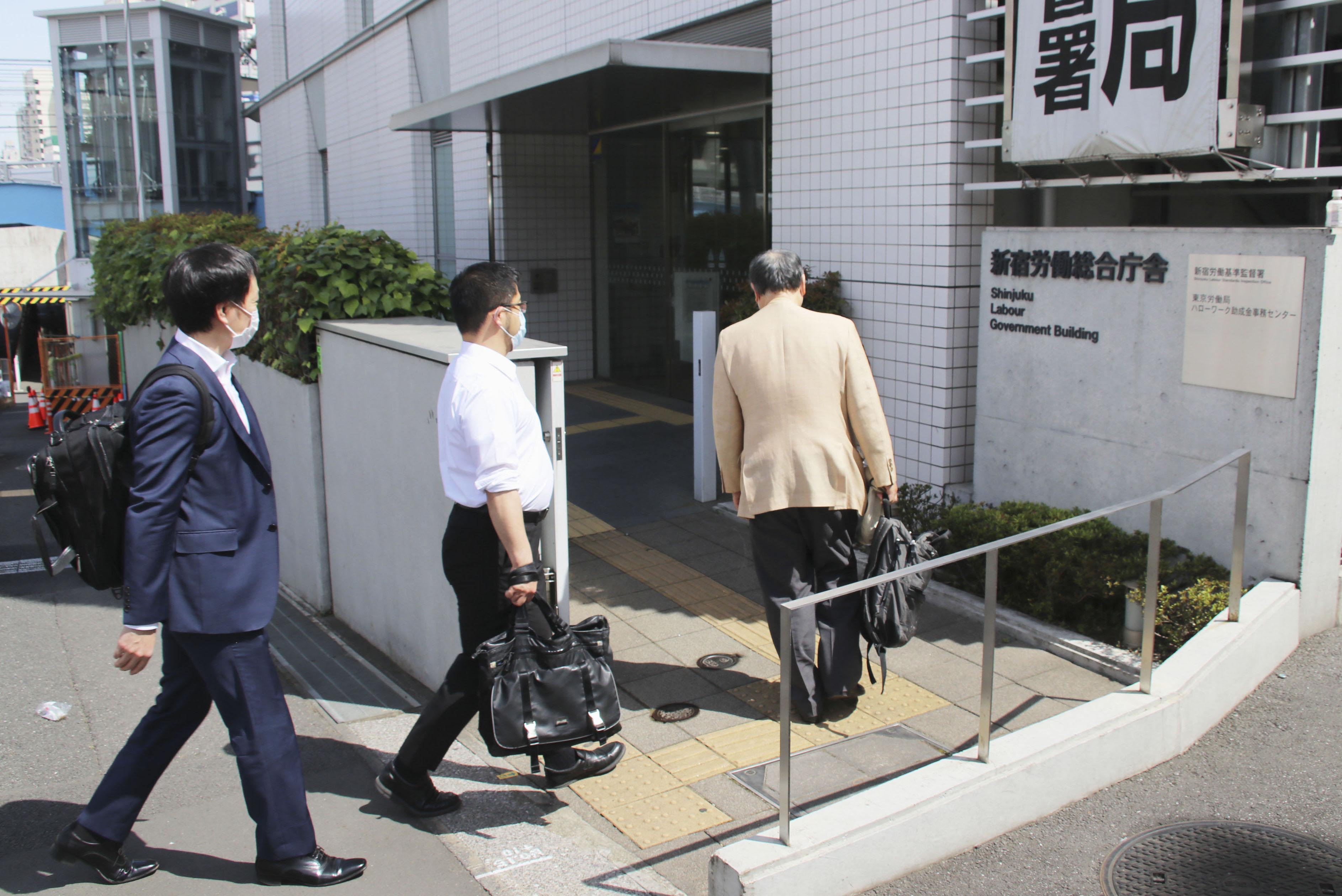 新型コロナウイルスに感染した看護師の労災申請のため、新宿労働基準監督署に入る弁護士ら=15日午後、東京都新宿区