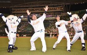 マスコットとどすこいポーズを決める西武・山川(左)と金子侑