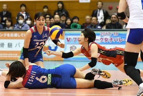 久光製薬-東レ 第2セット、ボールをつなぐ久光製薬・筒井(右)=佐賀市の県総合体育館
