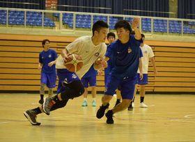 ディフェンスの練習に励む選手=13日、三沢市国際交流スポーツセンター