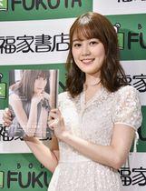 写真集を手にする「乃木坂46」の生田絵梨花=21日、東京都内