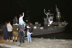 船員の家族らに見送られ出港する小型捕鯨船「第7勝丸」=3日夜、和歌山県太地町