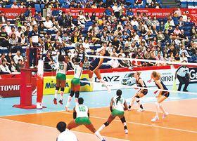 大勢の観客の前で高いレベルのプレーを見せるカメルーン(白)とオランダ(紺)の選手=富山市総合体育館