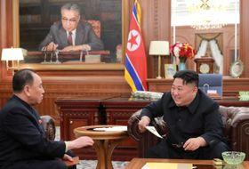 23日、平壌で北朝鮮の金英哲朝鮮労働党副委員長(左)からトランプ米大統領の親書を受け取る金正恩党委員長(朝鮮中央通信=共同)