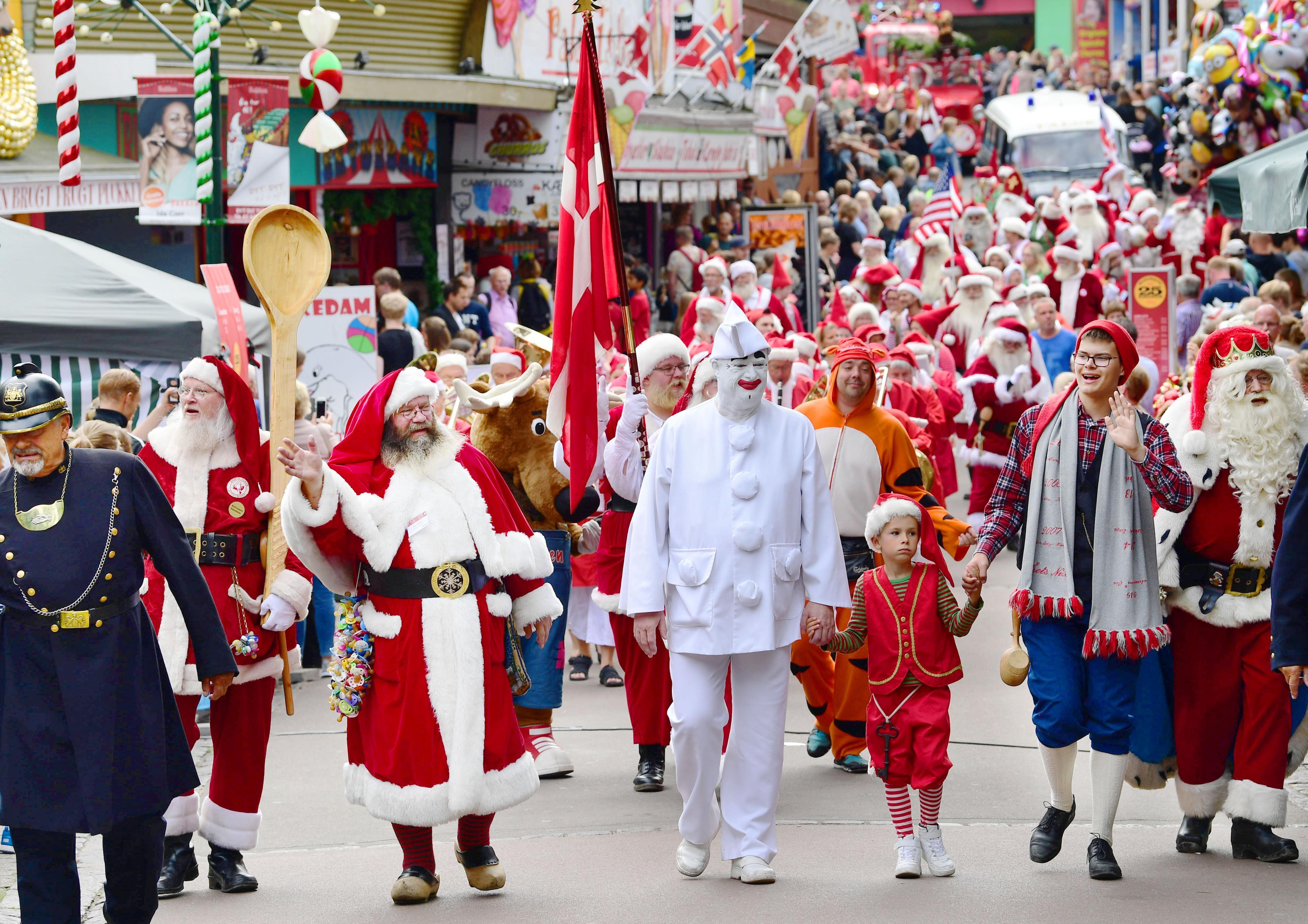世界サンタクロース会議のイベントで、遊園地をパレードする各国のサンタクロースたち。音楽が鳴り響き、お祭りは最高潮に=コペンハーゲン郊外(撮影・仙石高記、共同)