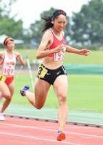 陸上女子100メートル決勝 12秒00の大会新をマークし優勝した佐賀北の永石小雪=鹿島市陸上競技場
