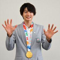 10月のユース五輪スポーツクライミングを制した土肥さん。日々のトレーニングで鍛えた大きな手を見せる=平塚市役所