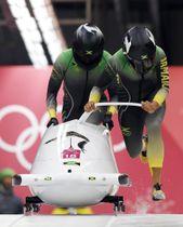 平昌冬季五輪のボブスレー女子2人乗りでスタートするジャマイカ組=20日、韓国・平昌(AP=共同)