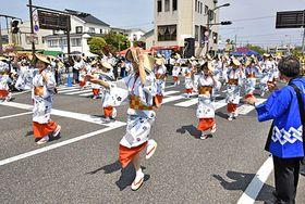 益田音頭に合わせて踊りながら練り歩く参加者