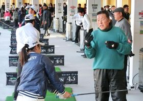 ジュニアを対象としたレッスン会で指導する男子ゴルフの尾崎将司=13日、千葉市