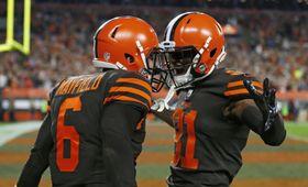 NFL第3週第1日、2点コンバージョンを決め、喜ぶQBメイフィールド(左)とWRヒギンズ=20日、クリーブランド(AP=共同)