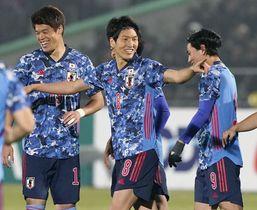 日本―キルギス 後半、FKで2点目を決め喜ぶ原口(中央)=ビシケク(共同)