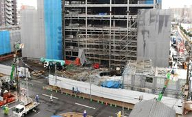 工事現場の足場が崩れ通行止めになった二中通り=鹿児島市