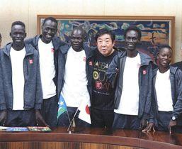 前橋市役所を訪れた南スーダンの選手と山本市長=前橋市役所で