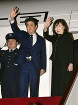 オマーンのマスカット国際空港から帰国の途に就く安倍首相と昭恵夫人=14日(共同)