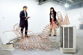 夏池教授が手掛けたエアコンと室外機を活用した造形作品=藤枝市のアートカゲヤマ画廊