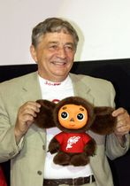 チェブラーシカの人形を持つE・ウスペンスキー氏=2004年7月(タス=共同)