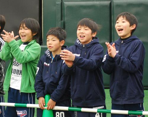往年の名選手たちに声援を送る子どもたち=3日、川崎球場