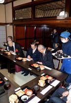 庄九郎亭内で薬膳料理を楽しむ参加者