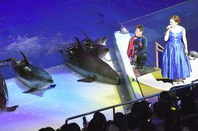 「アドベンチャーワールド」の開園40周年を記念する式典で、曲を披露する平原綾香さん(右)=21日午後、和歌山県白浜町