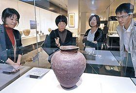 珠洲焼の逸品を見つめる来館者=県立歴史博物館
