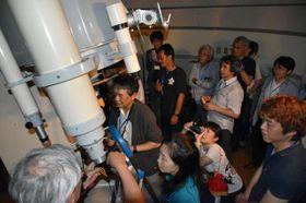 たちばな天文台で星空観察を楽しむ大会参加者ら
