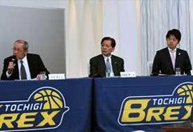 ブレックスとの事業を紹介するうさぎやの笹沼代表取締役と栃木銀行の和南城常務取締役(左から順)。右はBリーグの葦原事務局長=宇都宮市内