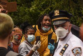 28日、米ニューヨークで、抗議するデモ参加者(ゲッティ=共同)