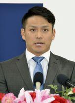 契約更改交渉を終え、記者会見する広島の田中広輔内野手=13日、マツダスタジアム