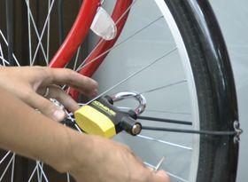 自転車に取り付けられた、振動で警報音が鳴る装置=13日午前、兵庫県尼崎市