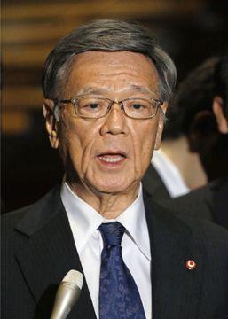 菅官房長官と会談し、報道対応する沖縄県の翁長雄志知事=15日午後、首相官邸