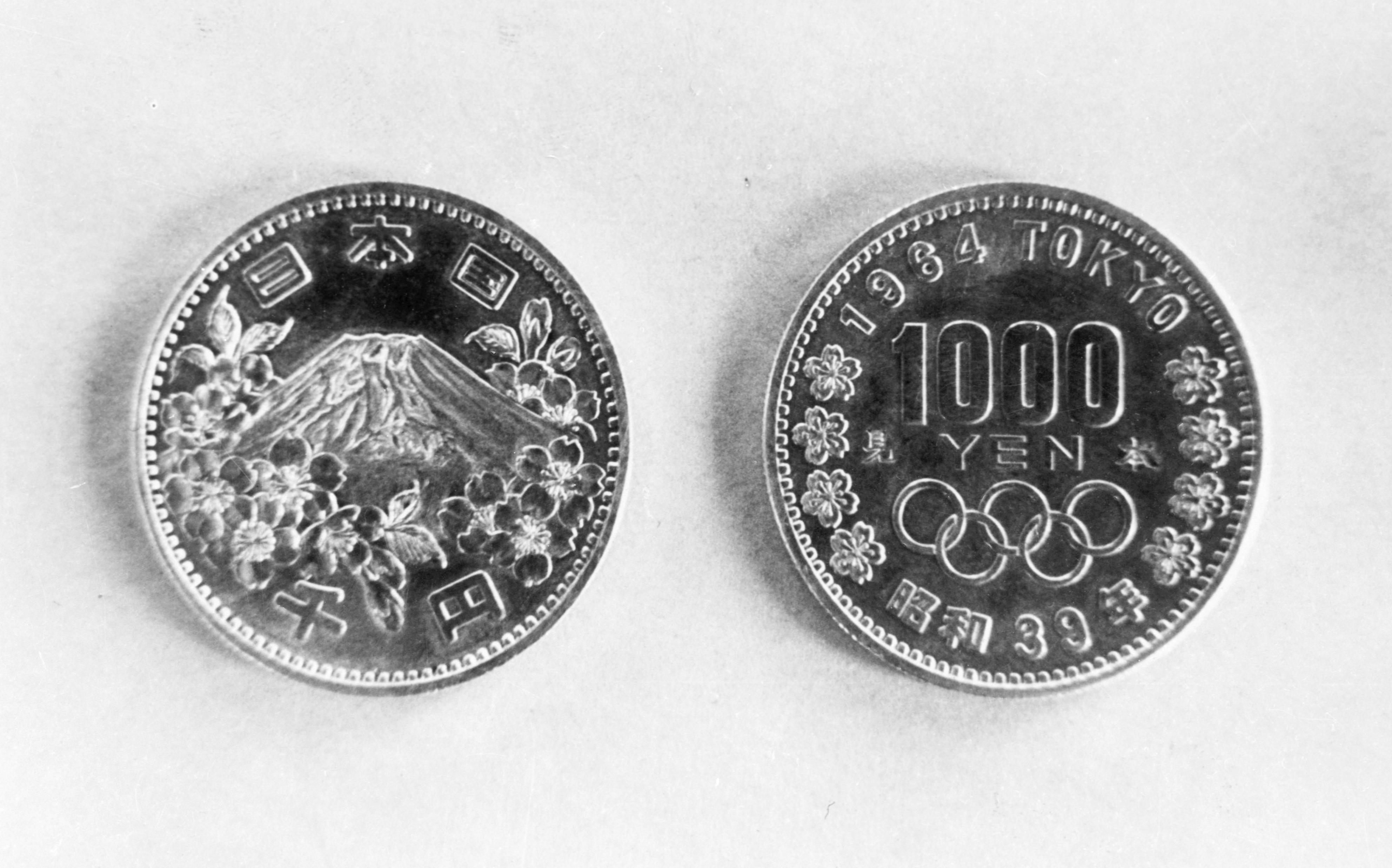 1964年9月、東京五輪の記念千円銀貨の見本