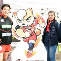 「ANB(あんべぇ)」のパネルと並ぶ(左から)齋藤選手、弘美さん、英助さん