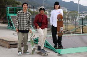 佐世保を訪れたプロスケーターの(右から)有馬さん、中田さん、座間さん=佐世保市、スケボーエリア