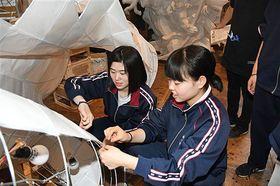 新作立佞武多「かぐや」の紙貼り体験をする修学旅行生たち