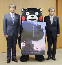 アニメーションのイメージ画を手にするくまモン。右は熊本県の蒲島郁夫知事、左は放送作家の小山薫堂さん=18日午後、熊本県庁