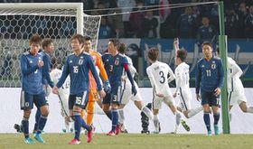 後半、韓国に4点目を許し肩を落とすGK中村、小林(11)ら日本イレブン=味スタで