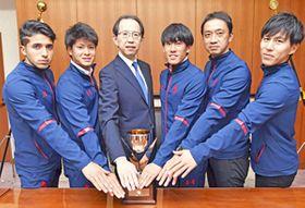 JFL昇格を確実にして決意を新たにするいわきFCの選手らと内堀知事(左から3人目)=3日午後、県庁