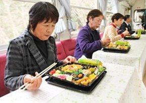 地元食材をふんだんに使った弁当と列車の旅が楽しめる「おばあちゃんのお花見弁当列車」=恵那市内