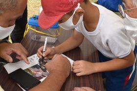 捕獲されたアサギマダラに記号を書き込む児童(京都府舞鶴市青井・旧青井小学校)