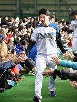 新人歓迎式典で入場する日本ハムドラフト1位の吉田輝=千葉県鎌ケ谷市