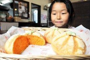 越のルビーを使ったご当地パン「とまとメロンパン」=福井県高浜町和田の「パンドレ」