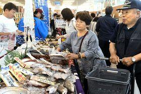 イオン浪江店が開店し、地元漁港で水揚げされた海産物を買い求める来店客