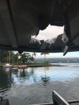 米ハワイ島のキラウエア火山の溶岩直撃で屋根が破壊された観光ボート=16日(ハワイ州土地自然資源局提供・共同)