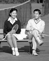 結婚が決まり、東京ローンテニスクラブのベンチで笑顔の上皇ご夫妻=1958年12月