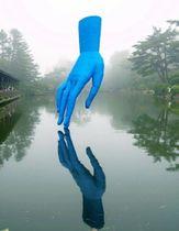 久保寛子さんの「やさしい手」。尼崎城の堀に登場する